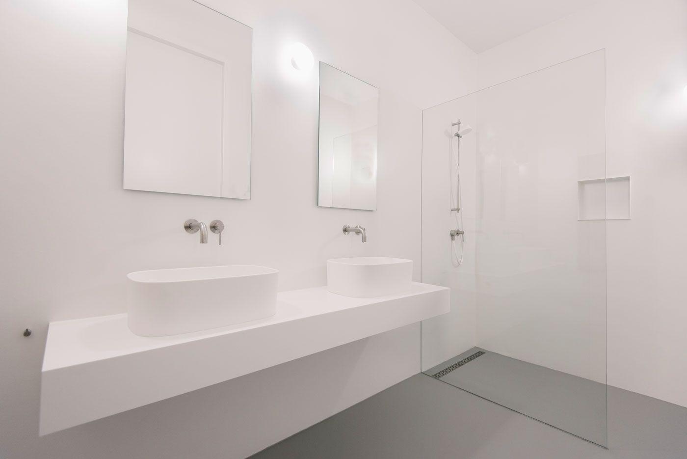 Minimalistische badkamer met rexadesign en ceadesign sanitair