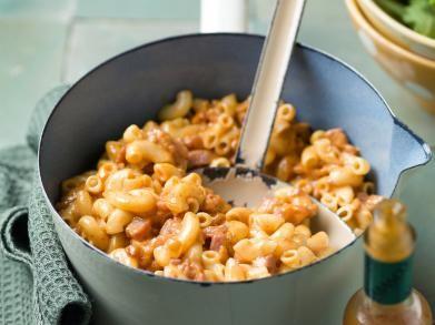 Macaroni met spek en tomatentoomsaus + groentjes toevoegen vb kersttomaatjes
