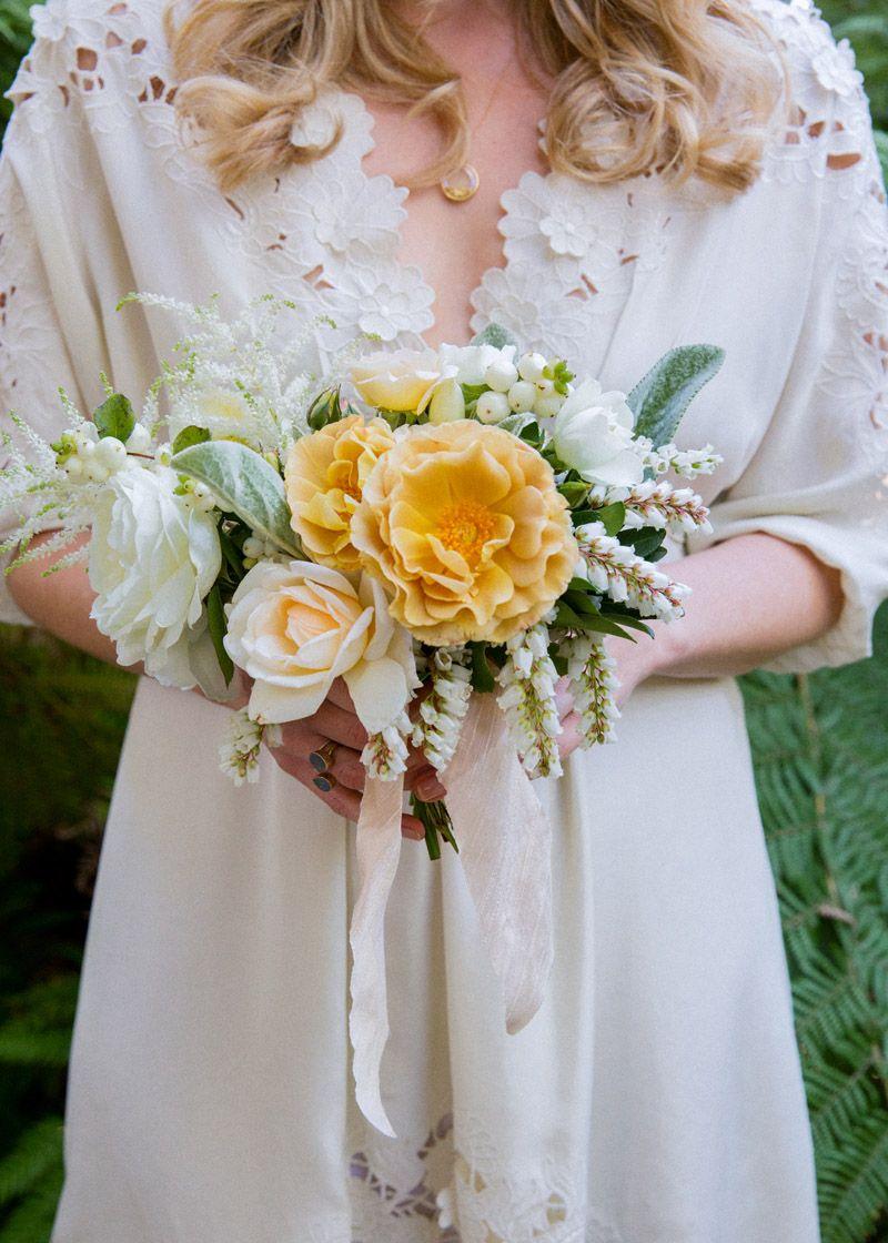 Le jaune, le blanc et la verdure - simple et joli pour des demoiselles d'honneur. J'aime la forme de la fleur jaune.