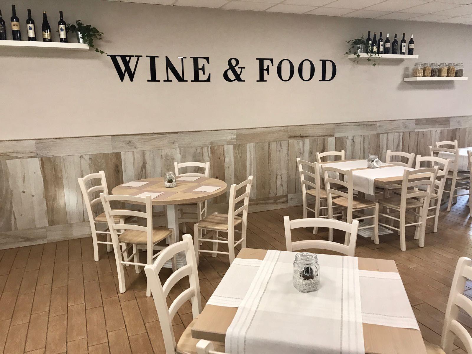 Pin di sedie tavoli ristoranti maiero su arredi eseguiti for Arredi per alberghi e hotel