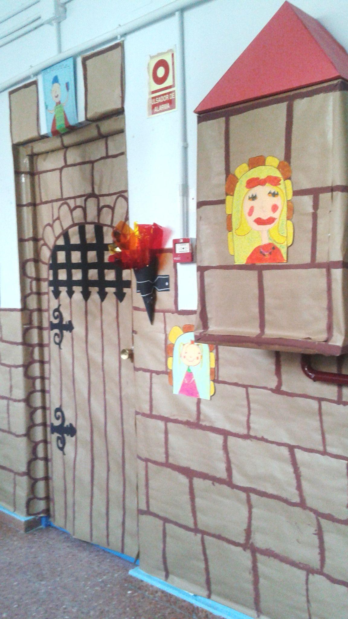 Las puertas del castillo guardadas por valientes princesas ...