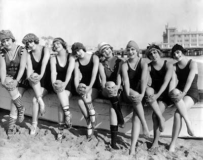 Abbigliamento sportivo: i costumi da bagno erano quasi identici sia ...