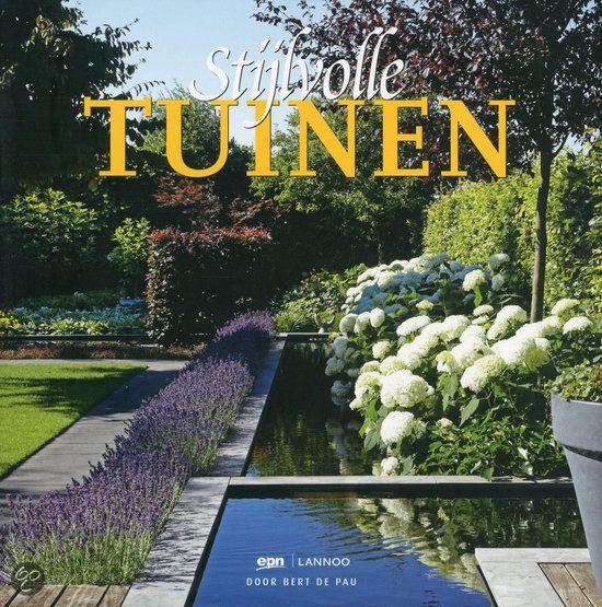 Maar liefst 22 van de mooiste tuinen uit Nederland en België krijgt u te zien. De vele prachtige foto's laten u onmiddellijk wegdromen, terwijl de verschillende tuinontwerpers hun visie delen en u de nodige inspiratie geven voor uw eigen tuin. Kortom: Stijlvolle Tuinen is een prachtig kijk- en leesboek dat niet mag ontbreken in de boekenkast van iedereen die van tuinen houdt. #tuinen # tuinieren #tuinboek #boekentip
