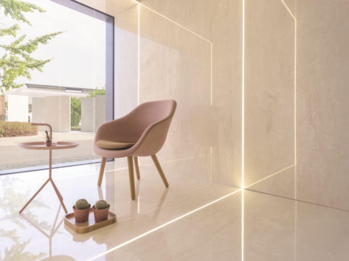 Revestimiento de pared y piso en m rmol de tono crema for Marmol para pisos