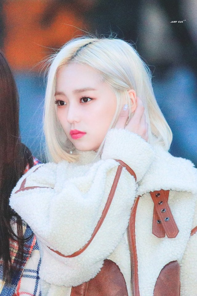 Fans Are Stunned By The Difference Of Clc S Yeeun With Blonde And Black Hair Kpopmap Kpop Hair Kpop Hair Color Blonde Hair Girl