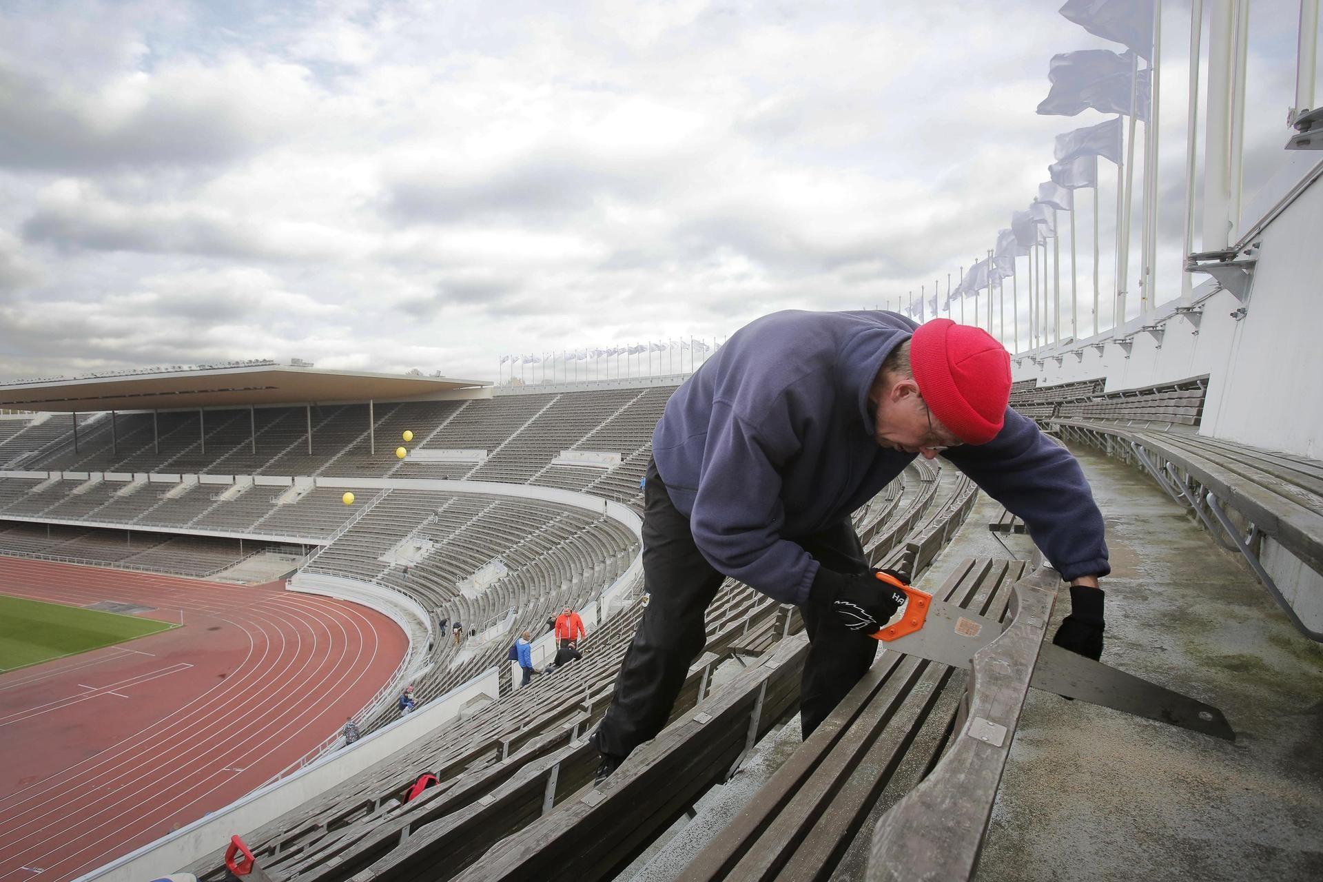Stadion menee remppaan ja puiset penkit jakoon.