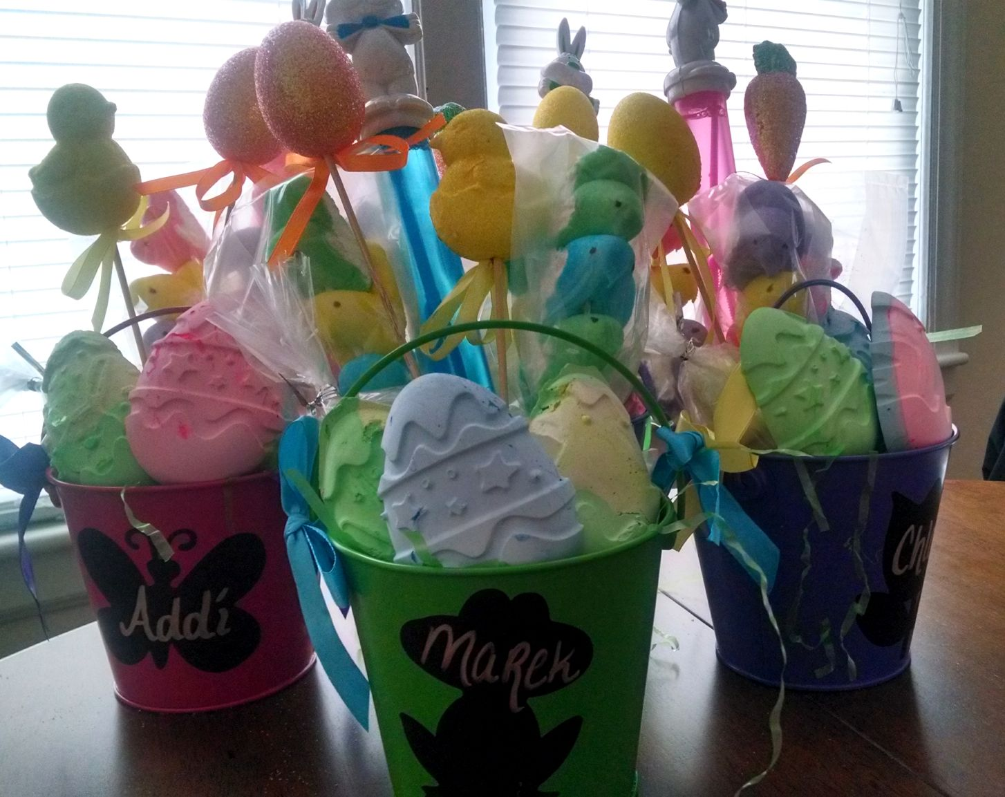 Need some things to throw together for a nice little basket for the kids this Easter? Add a little personal touch to the baskets this year with extremely easy DIY items.