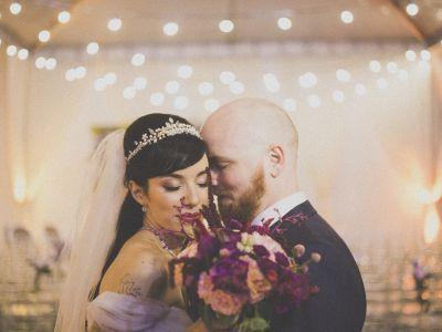 Decoração aconchegante, a retrô e muita emoção resumem este casamento MÁGICO, que teve o pedido oficial feito sob as luzes da aurora boreal. Nã