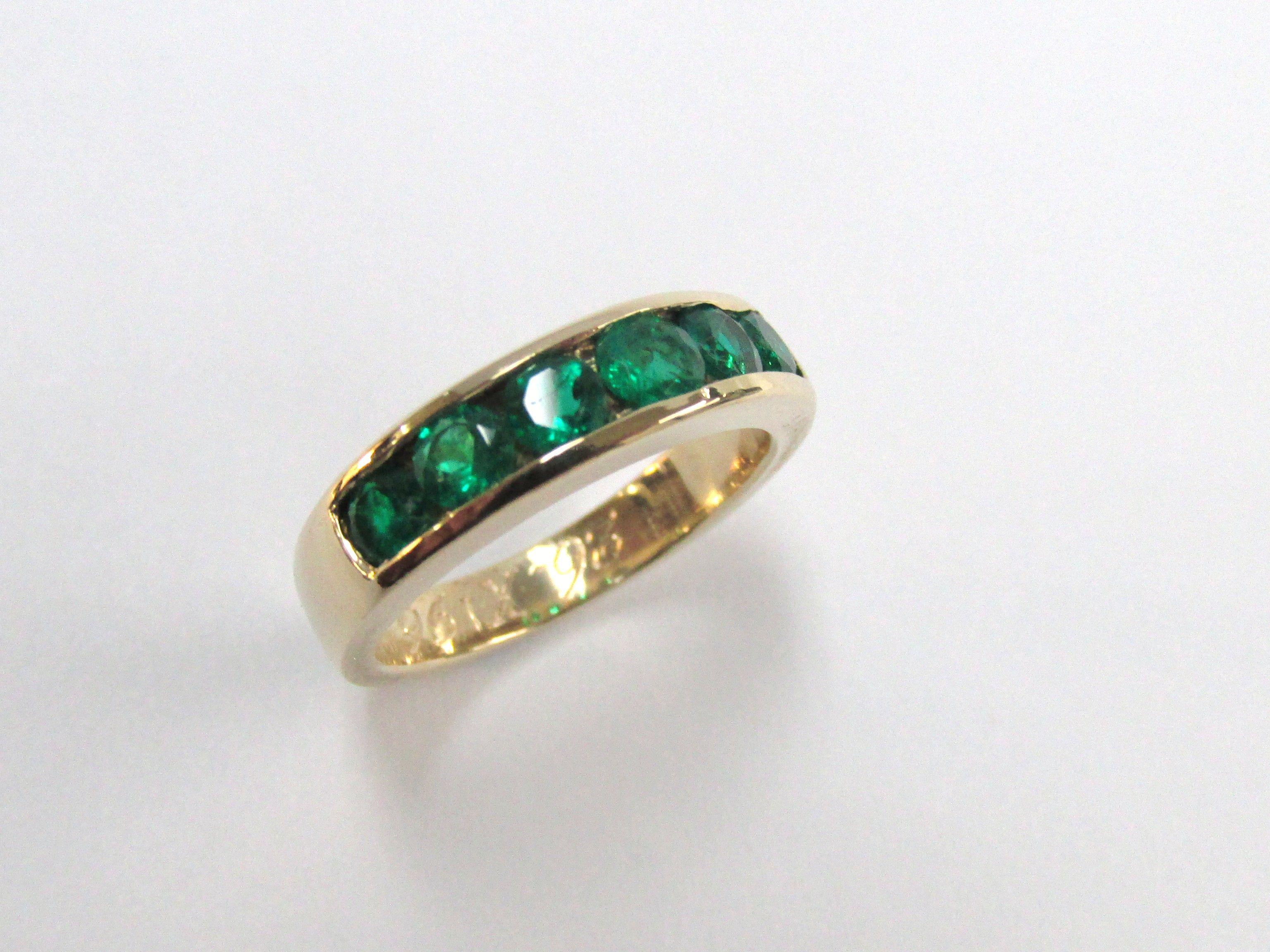 dd76c718e08b ¿Te gustan las esmeraldas  esta hermosa argolla es fabricada a mano con  lindas esmeraldas