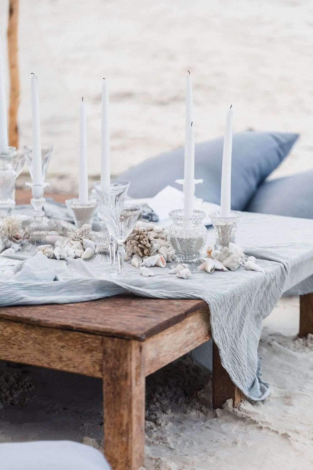 Hochzeitsinspiration, Wedding Inspiration // Serendipity // Zanzibar // Destination Wedding // Strandhochzeit // Canopy Zelt, Strand Picknick, Tischdekoration, Sand Kerzen Muscheln