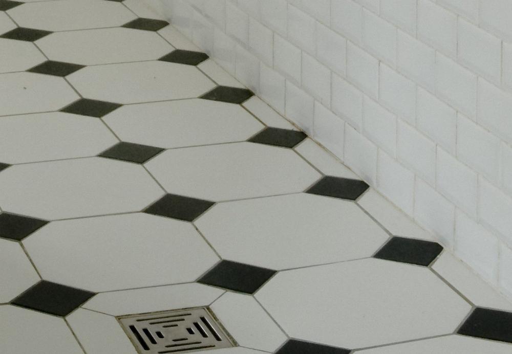 Epingle Par Dorothee Champvillard Sur Petite Salle De Bain Salle De Bain Retro Carrelage Noir Et Blanc Carrelage