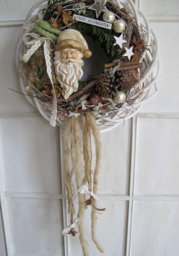 _**Weihnachtlicher Türkranz**_ Auf einem weißen Rattankranz sitzt ein Mooskranz, welcher mit einem allerliebsten Nikolauskopf aus Keramik, Fell, künstlichen Zweigen, Zapfen und Weihnachtskugeln... #rustikaleweihnachten