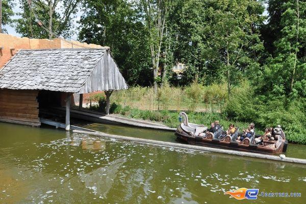 9/17 | Photo de l'attraction SuperSplash située à Plopsaland de Panne (Belgique). Plus d'information sur notre site www.e-coasters.com !! Tous les meilleurs Parcs d'Attractions sur un seul site web !!