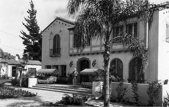 The Garden Of Allah Circa 1927 At 8080 Sunset Blvd Was Demolished In 1959 Photo Courtesy Los Angeles Garden Of Allah Hollywood Homes Los Angeles Hollywood