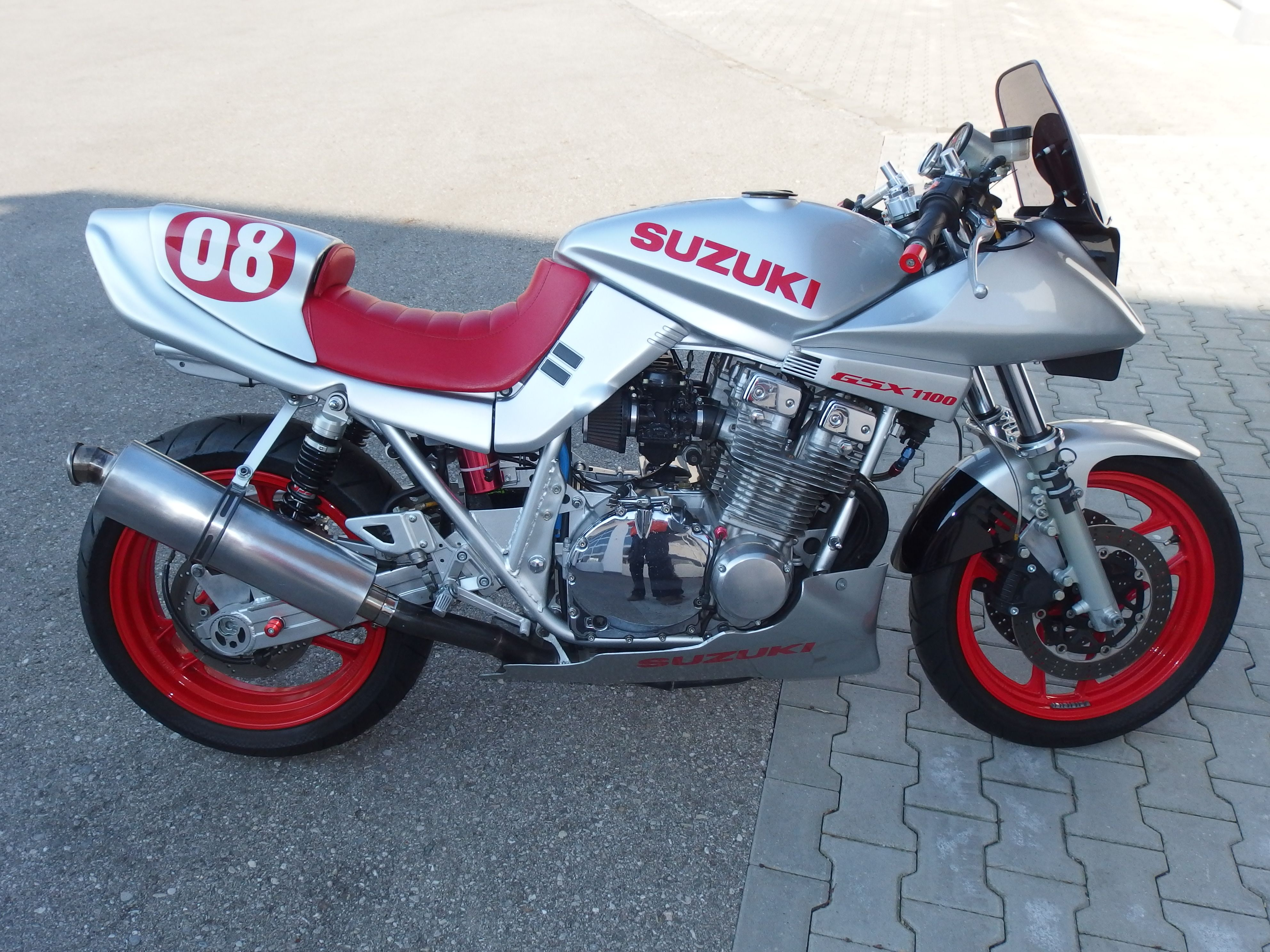 suzuki gsx1100 katana modified for classic races