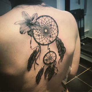 Tatouabe Atrape Reve Avec Plume Et Fleur Dos Femme Tatouages