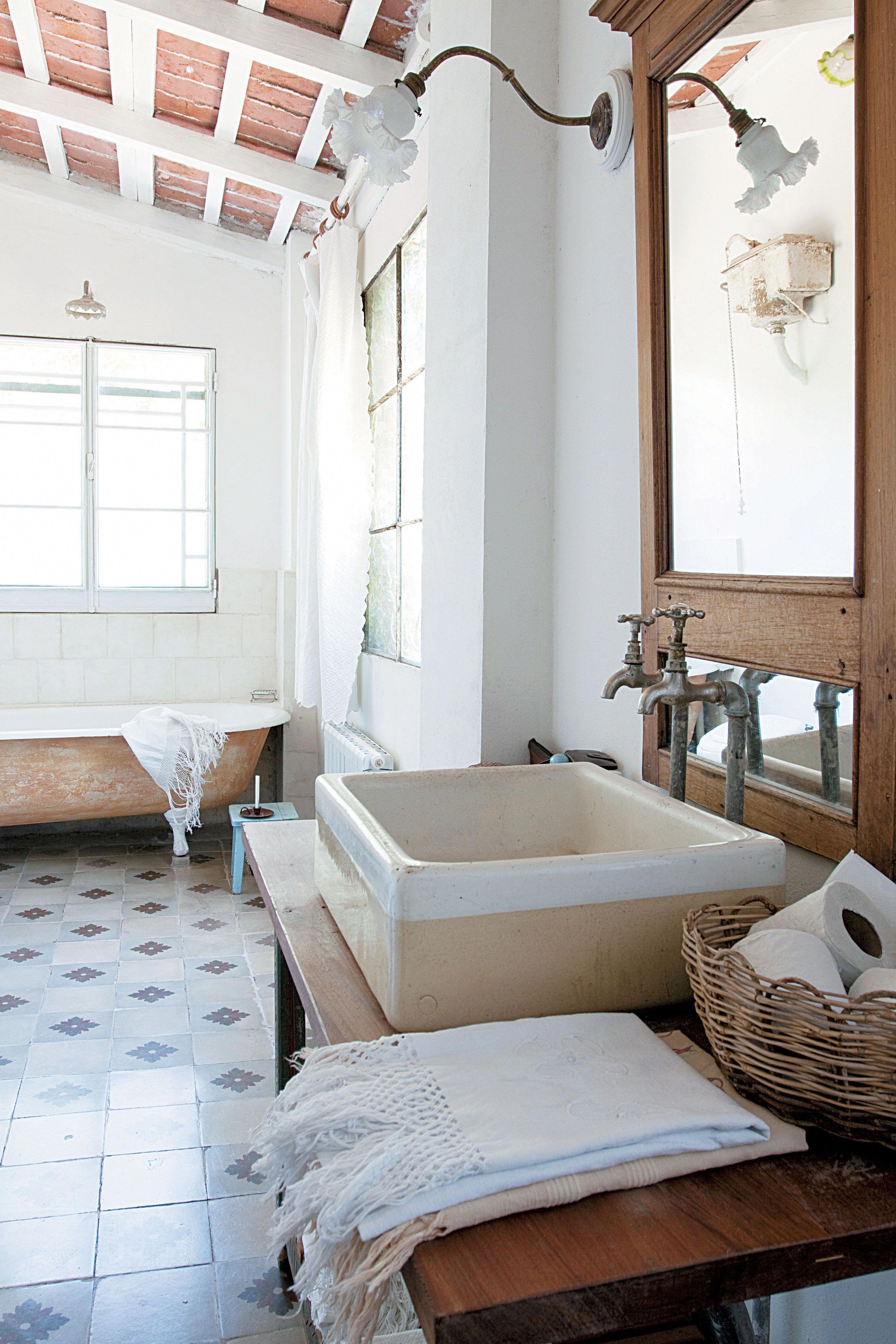 Baño rústico con piso de calcáreos, bacha sobre mesa de ...