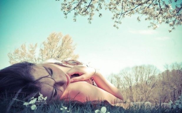 girl-lying-in-the-grass-girl-hd-wallpaper-2560x1600-7354