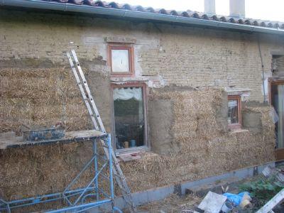 Pose de bottes de paille en rénovation pour une isolation extérieure