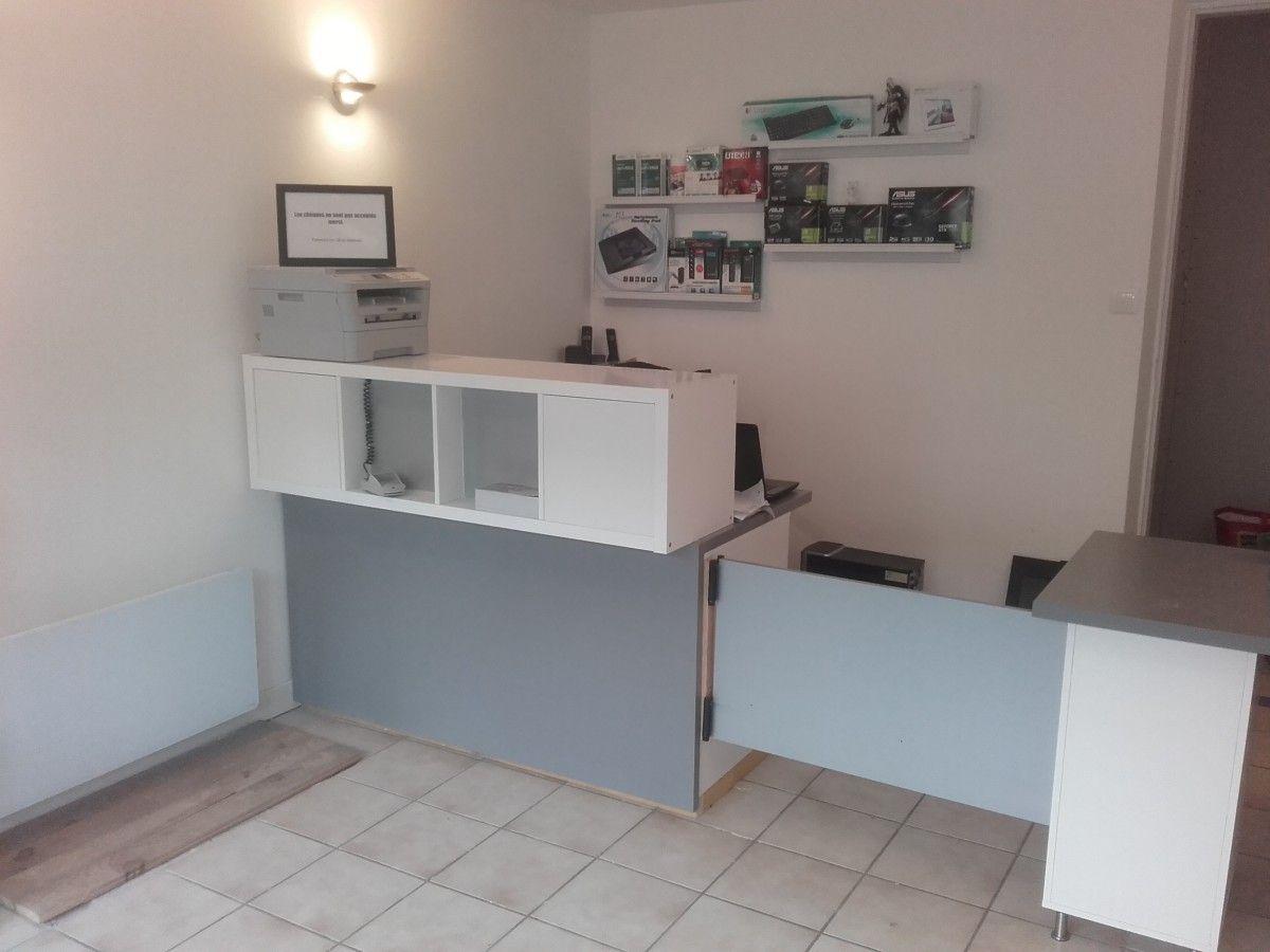 Comptoir d accueil et bureau pas cher pour un petit for Meuble kallax bureau