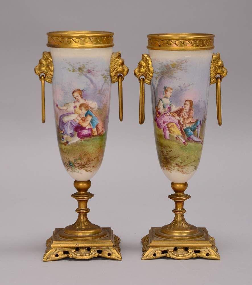 Porzellan Beisteller Paar Romantische Szenen Mit Messingstand Und Montierung Seitlic Porzellan Porzellan Romantische Szenen Messing