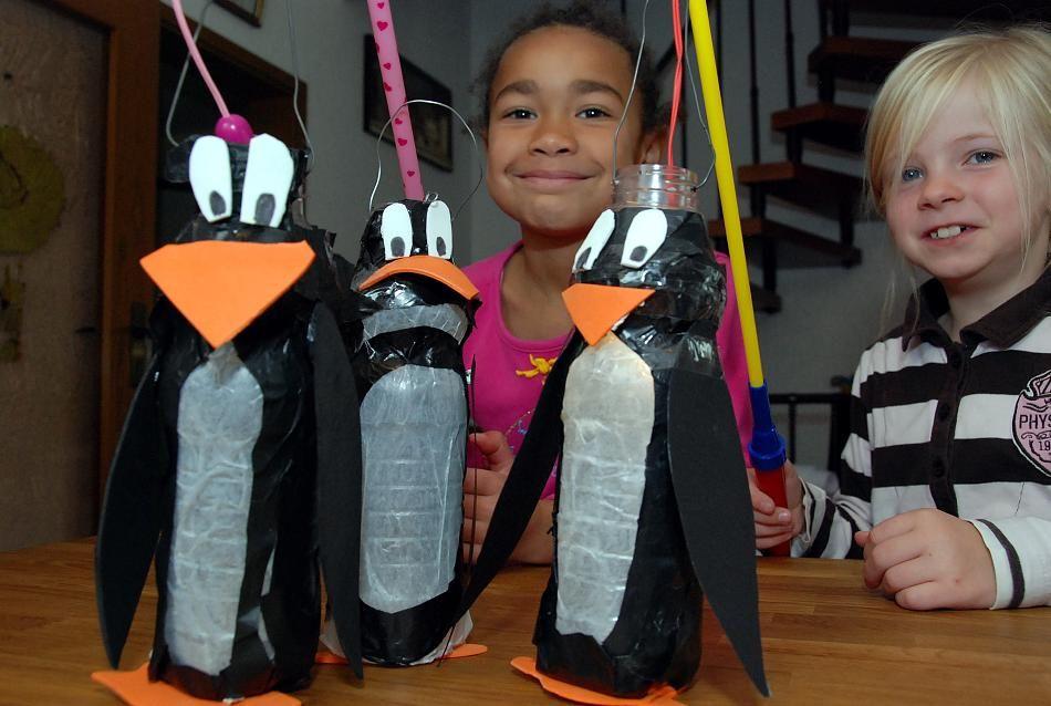 So sehen die fertigen Pinguin-Laternen aus. Dann können die beiden Mädels los zum St. Martinszug. #winterkleuters