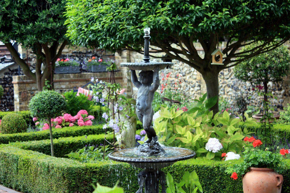 английский сад фото скульптуры в патио