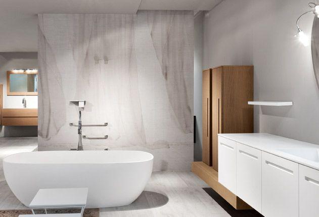 Il rivestimento arredo bagno con la texture tende rende la stanza da ...