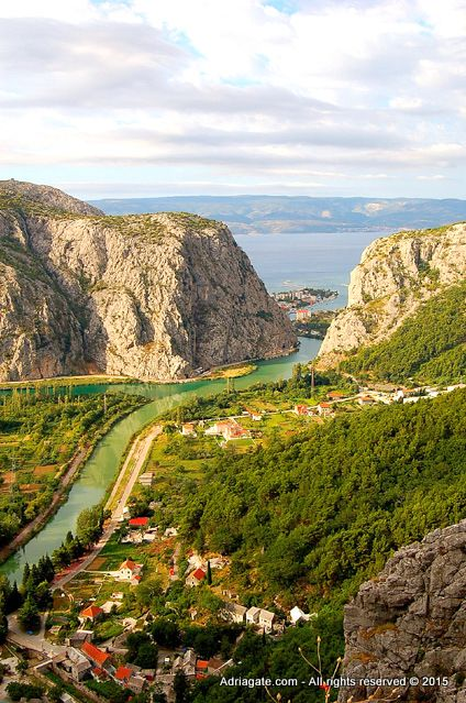If you are willing to savor the specialties and delicacies of the town of Omis and get acquainted with the Dalmatian cuisine, which was declared the healthiest cuisine because of the Mediterranean herbs, visit some of the numerous restaurants and taverns in Omis.