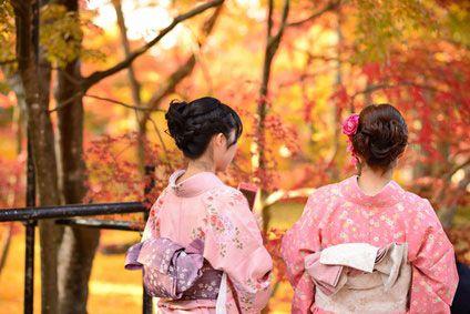 Japanese women in yukata admiring the autumn foliage at the Eikan-dō Zenrin-ji Temple, Kyōto (©  SeanPavonePhoto - Fotolia.com)