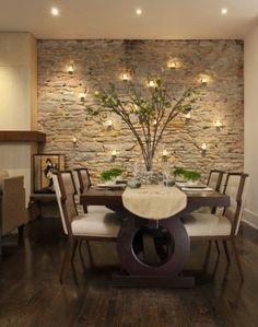 Mesa de comedor, pared de piedra, luces, ...