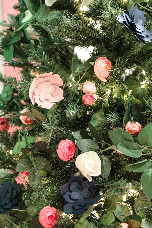 Sapin de noel decore avec des fleurs