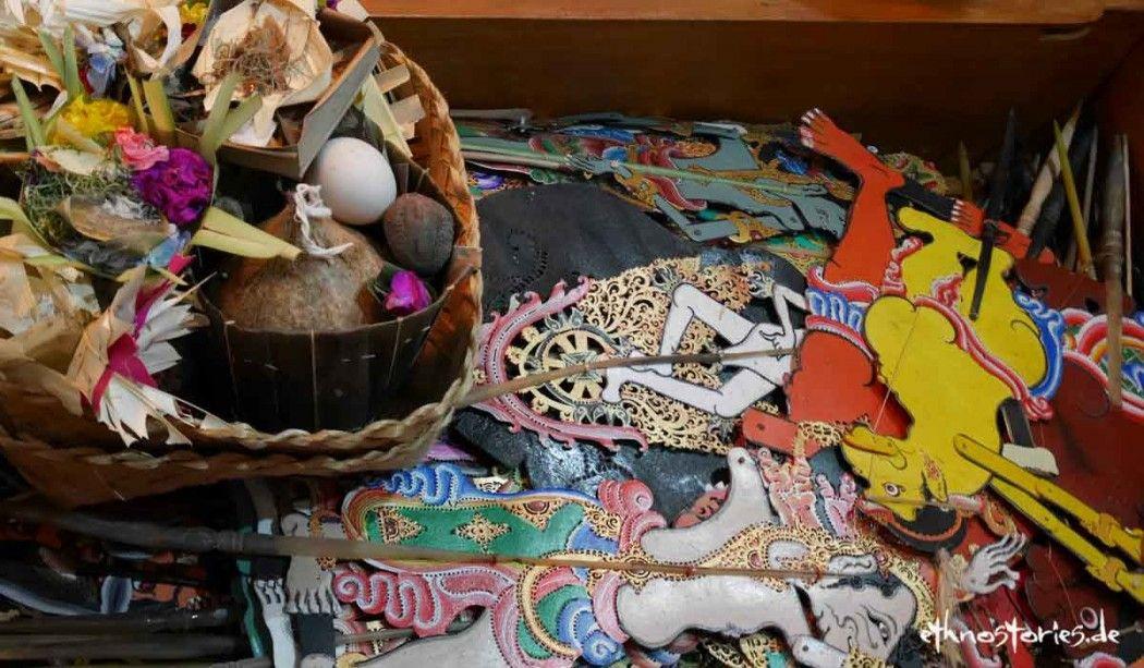 Schattentheater in Bali, Puppenkiste eines Schattenspielers - Meine Reise nach Bali, in die Welt des Schattentheaters. Als junge Puppenspielerin wollte ich das rituelle Schattentheater im Tempel erleben…( Foto: Blick in die Figurenkiste eines Schattenspielerin in Bali)