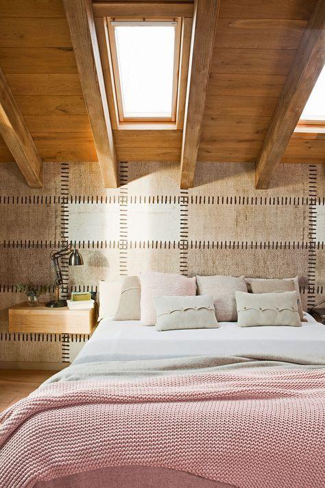 Dormitorio con pared revestida a modo de tela, cama y mesilla de noche suspendida de diseño contemporáneao (00397963b - Mesillas de noche)