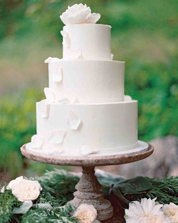 White Wedding Cake| Contemporary white wedding cakes | fabmood.com #weddingcake #wedding #cake #whiteweddingcake #contermporaray #moderncake