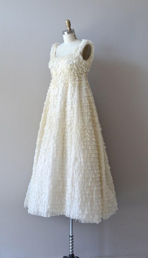 1960s wedding dress / ruffled lace wedding gown / por DearGolden ...