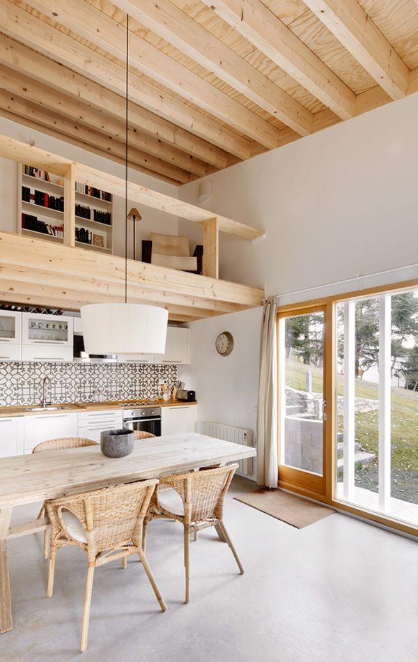 Helle, freundliche Wohnküche mit Holzgalerie Zugang nach draußen - moderne holzdecken wohnzimmer
