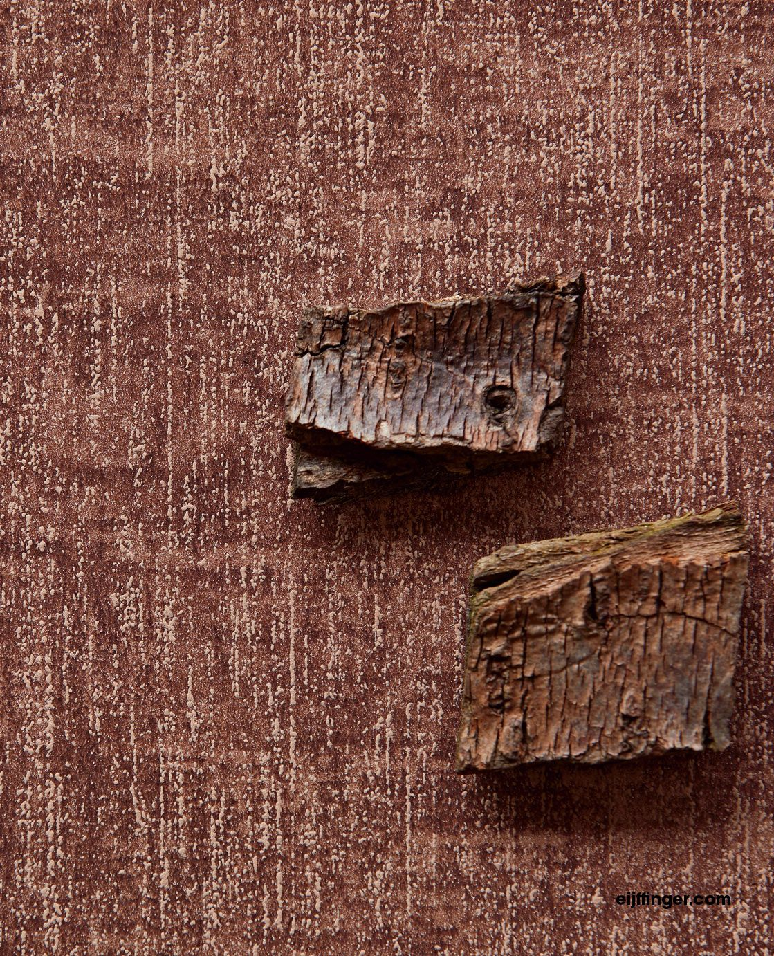 Reunited, the subtle power of plains and materials that bring your walls to life with touchable textures, from gentle to rough.