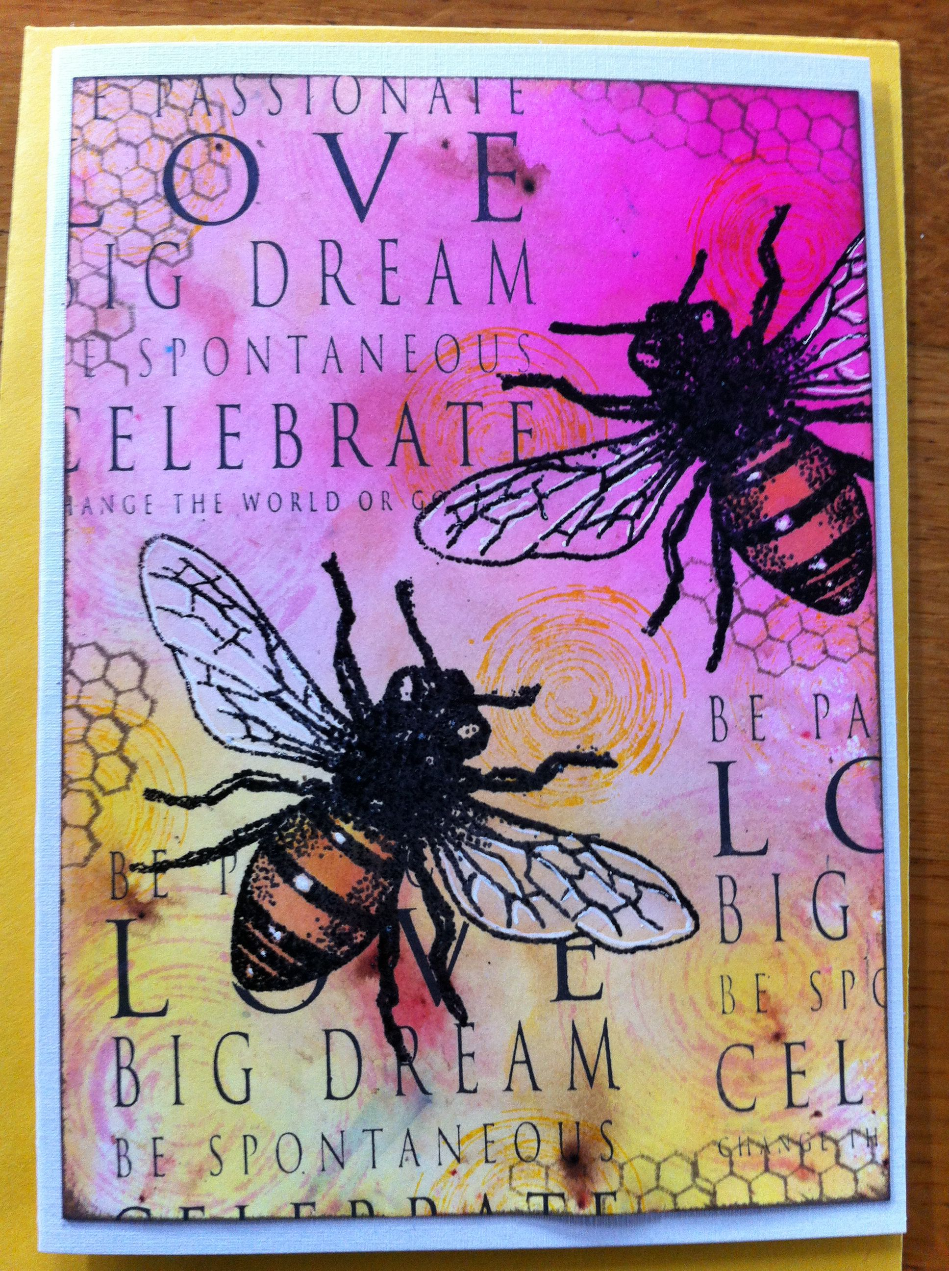 Spray inkt met bister als onderlaag. Daarna bijen met versamark en geembost met zwarte inkt. De bijen met bleek wat lichter gemaakt. Achterlijf gekleurd. Bijen gemaskerd, daarna gestempeld met tekst, cirkels en honingraat. Met witte gelpen vleugels geaccentueerd, en randen met zwart gesponst.