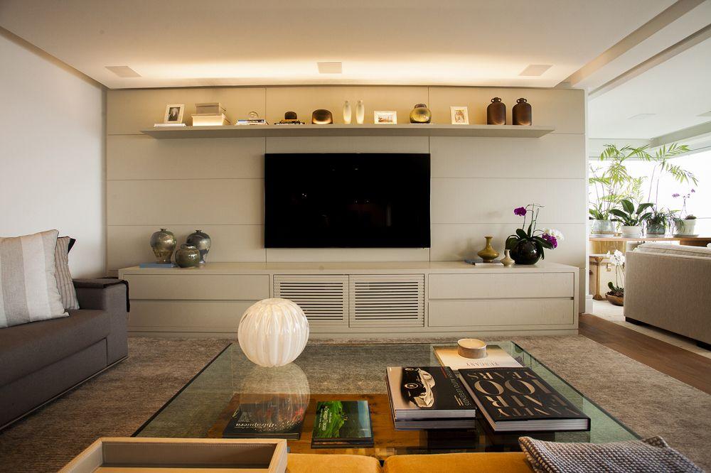 Sofas Para Sala De Estar E Tv ~  de Sala de televisão; painel cinza claro; Casa de Valentina