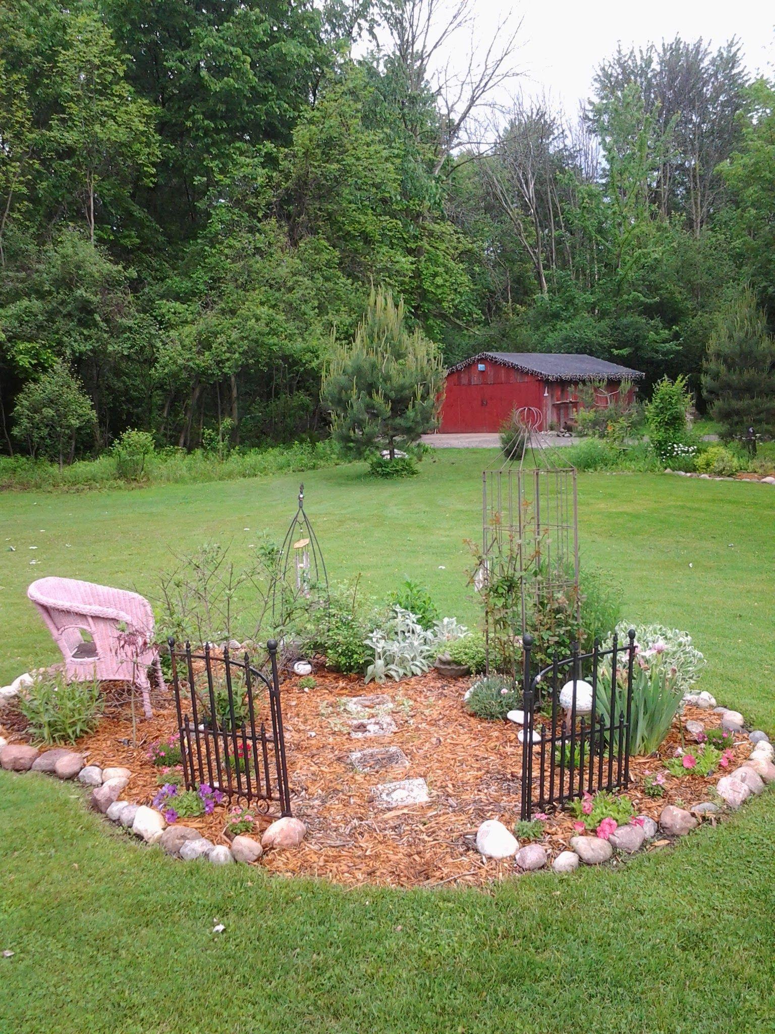 10 Small Memorial Garden Ideas Most Stylish As Well As Gorgeous Small Memorial Garden Ideas Pet Memorial Garden Backyard Landscaping Backyard diy memorial garden