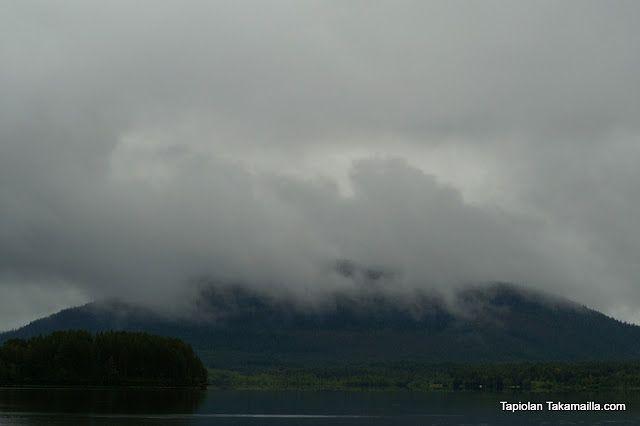 sumun katveessa oleva tunturi / a mountain covered in mist