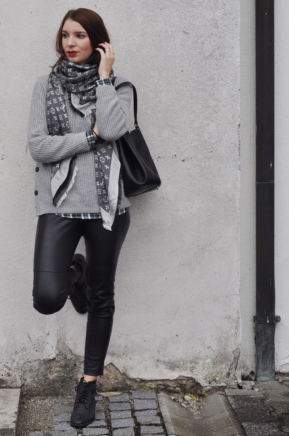 OUTFIT  GREY TURTLENECK PULLOVER AND PLAID SHIRT WITH LEATHER TROUSERS 24280e315581a