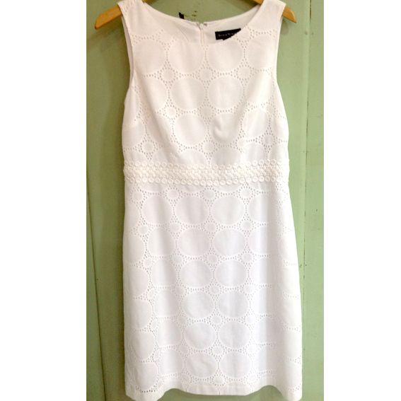 Los vestidos blancos son básicos para nuestro armario en esta temporada ¡Combínalo con accesorios de colores! #Moda