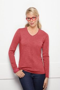 Le pull encolure V tricot fin rouge blush. Maille fantaisie. Made in France. Collection Automne-Hiver 2014.