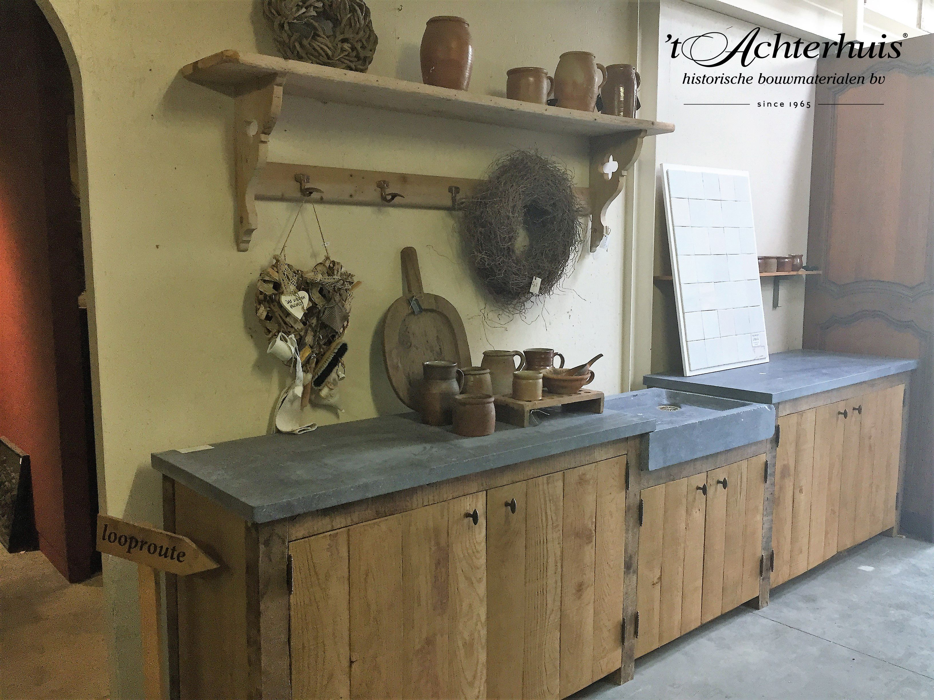 Zelfgemaakte landelijke keuken met oude bouwmaterialen afkomstig van