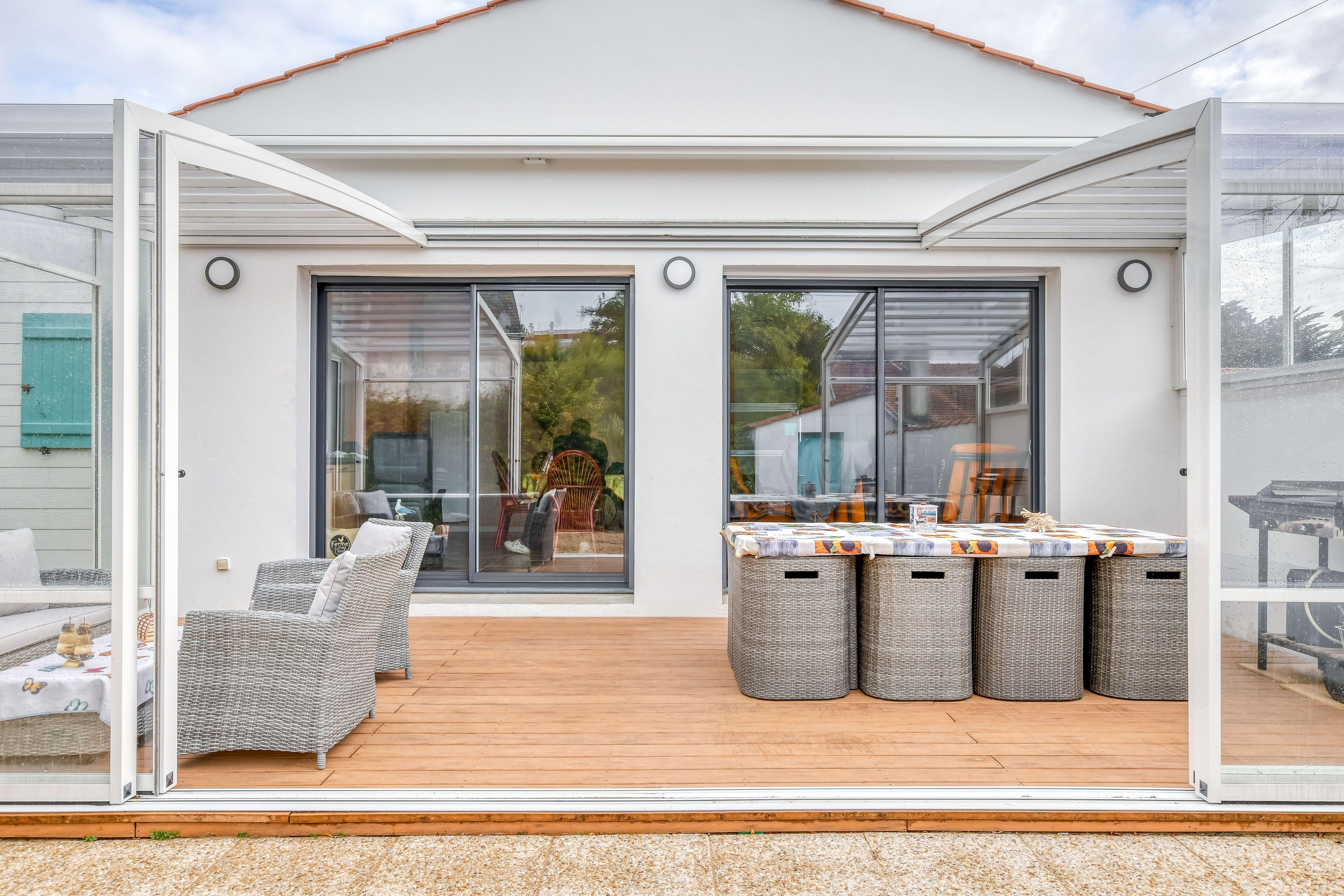 Abri Terrasse Aluminium Modeles Coulissants Telescopiques Renoval En 2020 Abri Terrasse Decoration Exterieur Terrasse