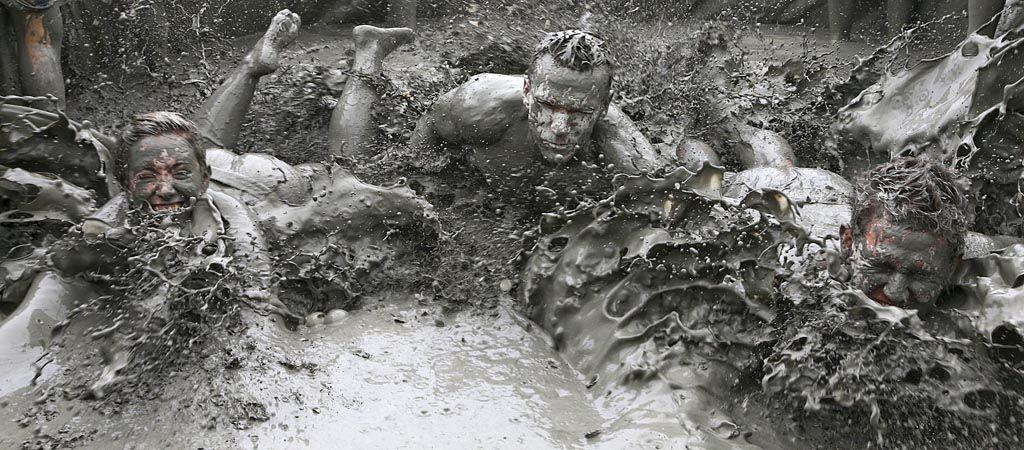 충남 보령시 대천해수욕장에서 개막한 제15회 보령머드축제를 찾은 관광객들이 머드를 온몸에 흠뻑 바르고 즐거운 시간을 보내고 있다. <박영대 기자>