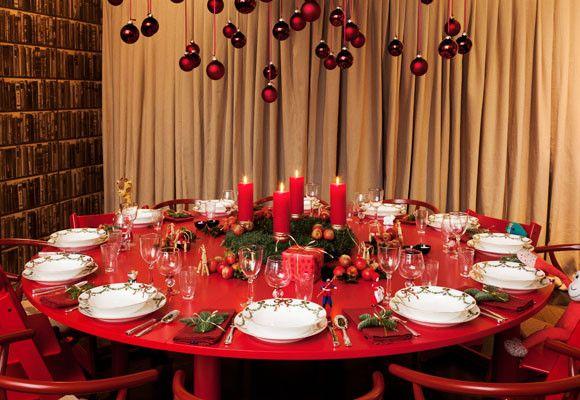 Navidad Sobre Una Mesa Roja Y Redonda Arreglos De Mesa De Navidad Mesas De Cena De Navidad Decoración De Mesas Redondas