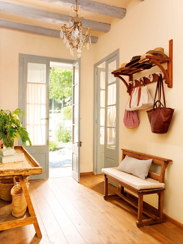 Recibidor con perchero y banco de madera y puerta con - Percheros para puertas ...